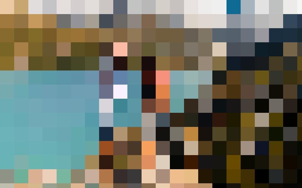 """Le lac de barrage est d'une beauté tranquille. Parce qu'il mérite le titre """"instagrammable"""", je laisse l'influenceuse qui est en moi prendre les commandes. Mike a un bon œil pour les spots à selfies, même si pour cela nous devons nous tenir sur un rocher bancal au bord d'un précipice. Que ne ferait-on pas pour Insta!"""