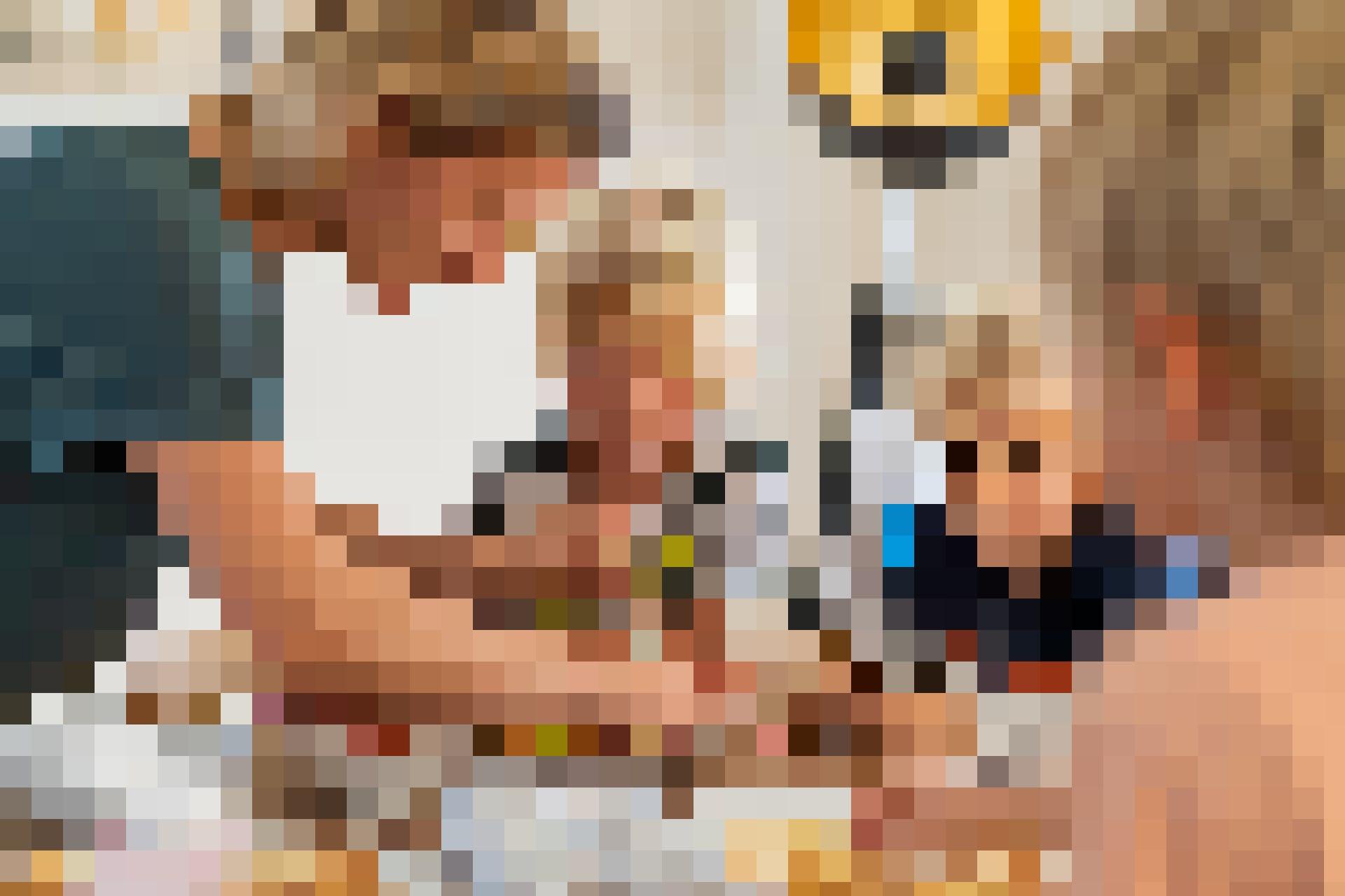 Appliqués, les garçons aident à la fabrication de la pâte et la façonnent en diverses formes.