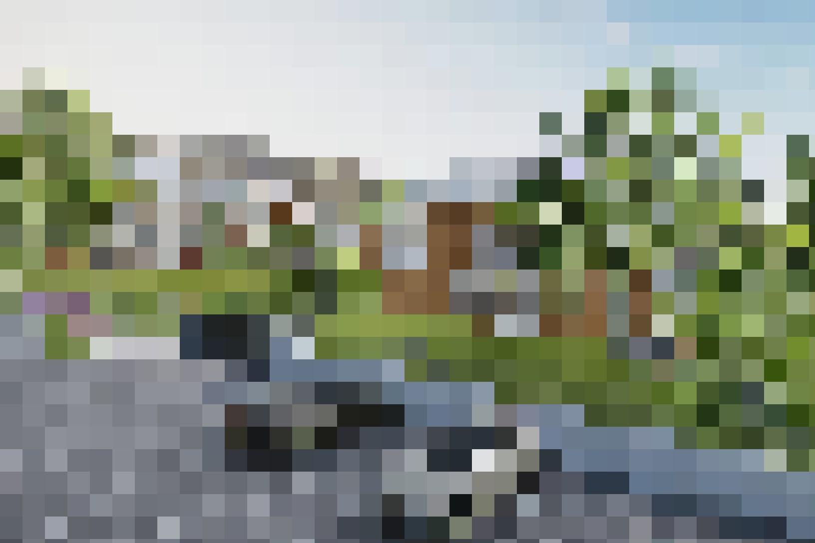 Bei der Einfahrt zur Tiefgarage befinden sich 6 Besucherparkplätze, einer davon mit einer Ladestation für E-Fahrzeuge.