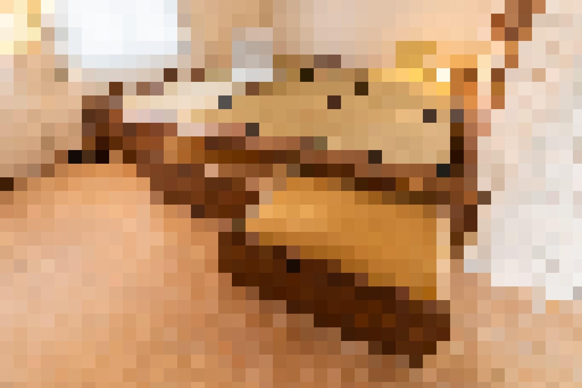 Um wertvollen Stauraum zu schaffen, lassen sich drei grosszügige Schubladen unter dem Podest herausziehen.