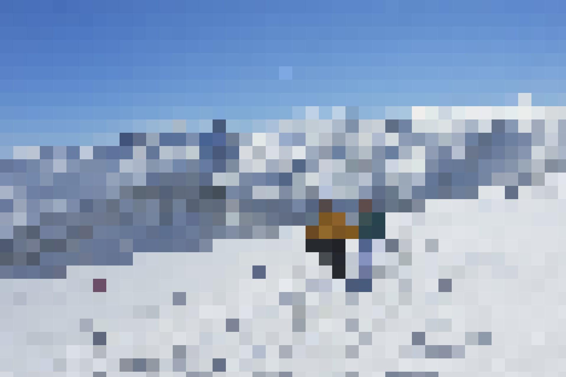 Auf dem Fronalpstock lässt sich wunderbar Vitamin D tanken: Wanderer im Schnee.