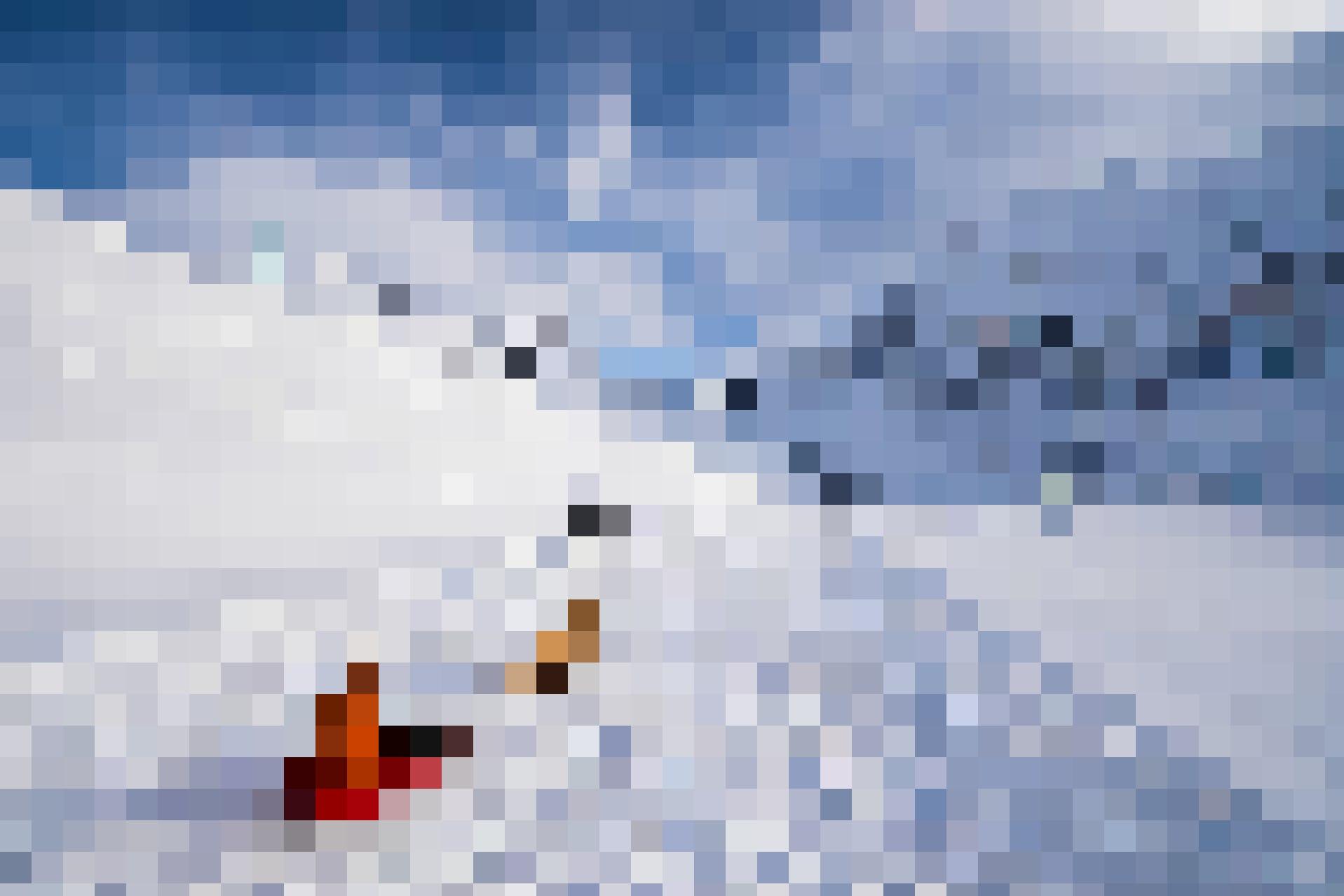 Im Winter wird die Oberalpstrasse verkehrsfrei und damit zur Schlittelpiste: Kind im improvisierten Hundeschlitten.