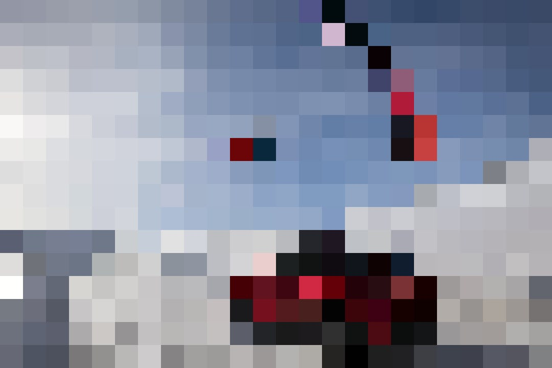 Der Profi in Action: Ueli Kestenholz fliegt mit dem Speedride-Schirm über seinen Mazda CX-5.