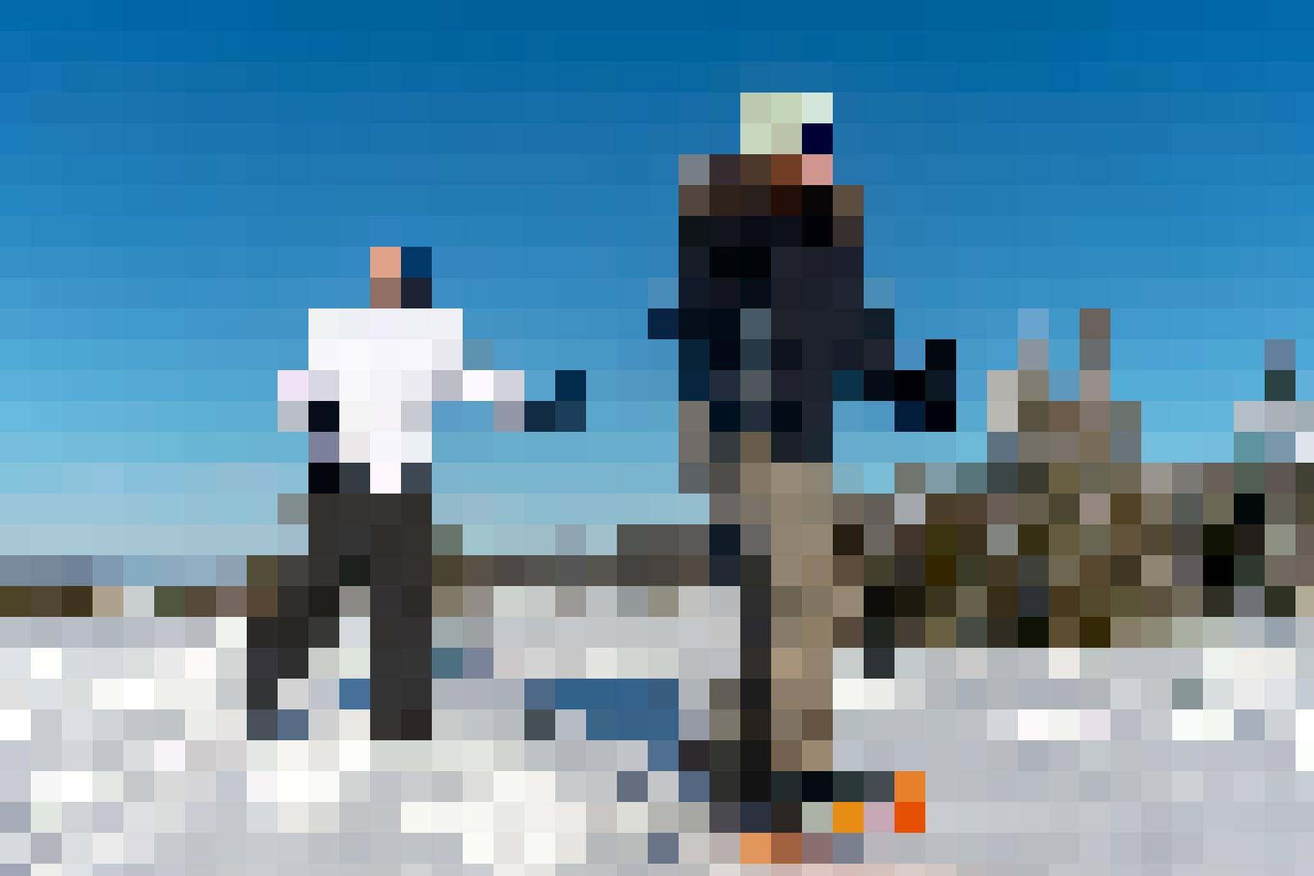 Inmitten dieser bezaubernden Landschaften geniessen Céline und Luc ihre Schneeschuhwanderung.