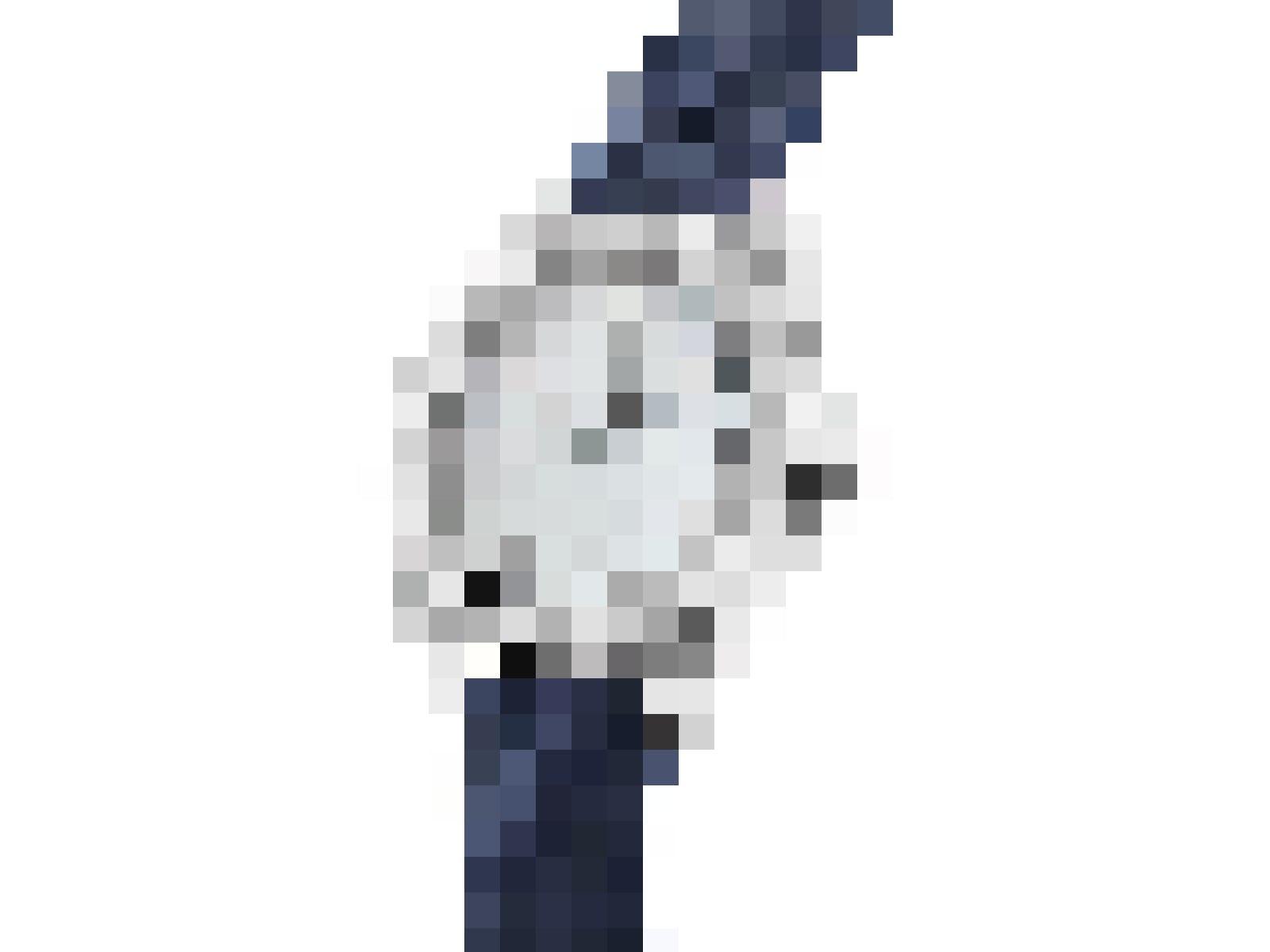 Die Uhr besticht durch ihre Eleganz mit einem weissen Zifferblatt aus natürlichem Perlmutt und einem feinen marineblauen Kautschukarmband.
