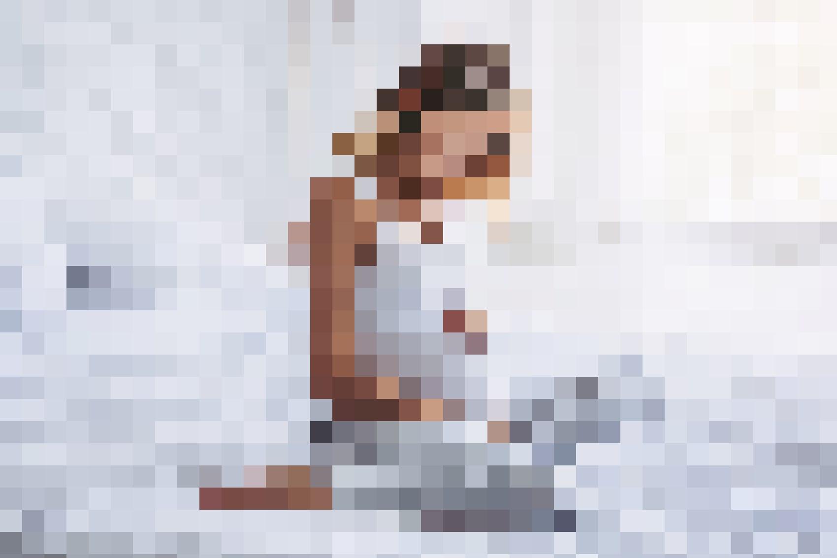 Nach der Geburt des Kindes ist Milch abpumpen und Beckenboden trainieren angesagt: Schwangere Frau.