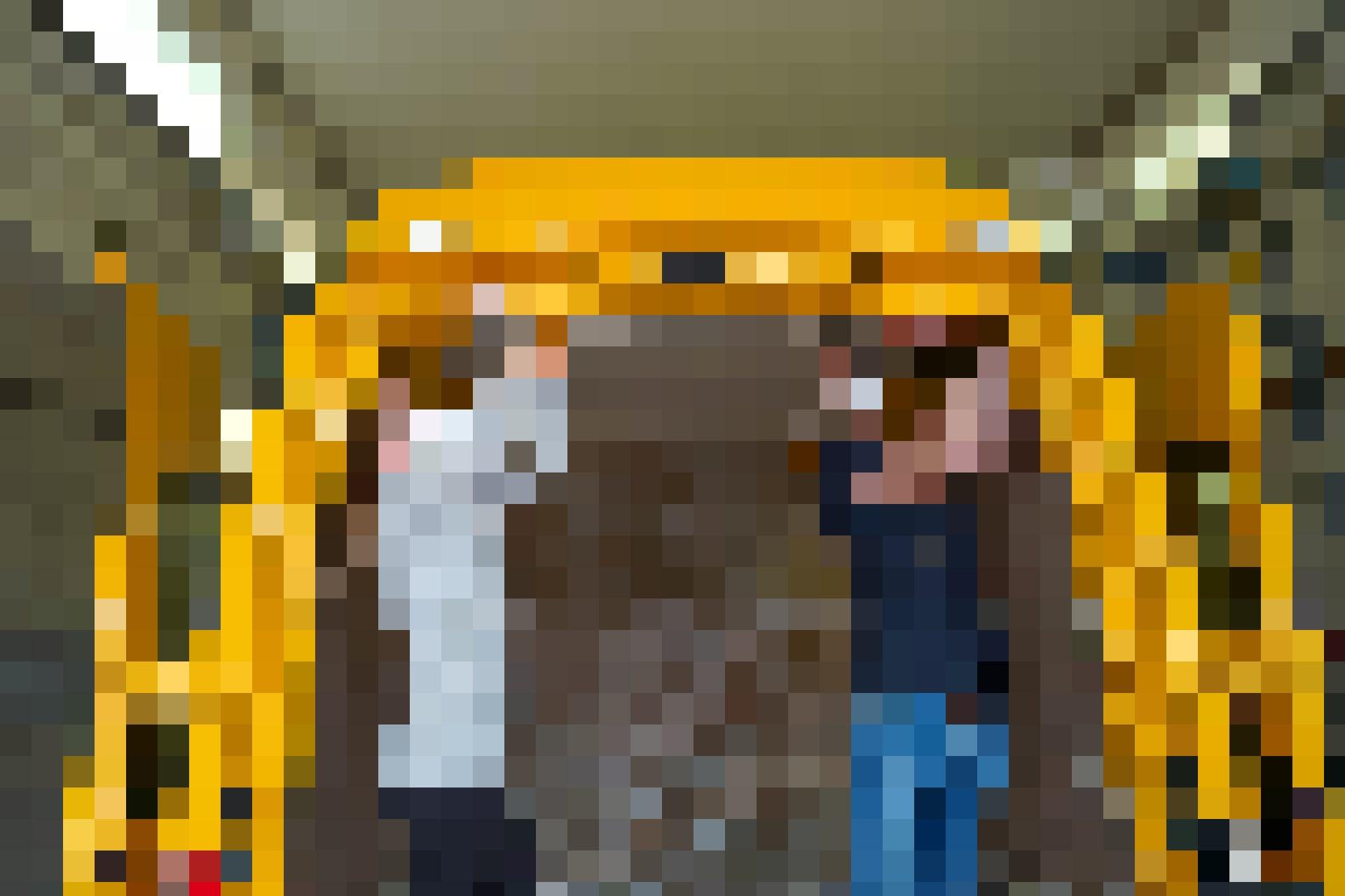 Körpereinsatz ist gefragt. In einem ersten Schritt werden die gelben Seitenteile des Lieferwagens abgeschliffen.