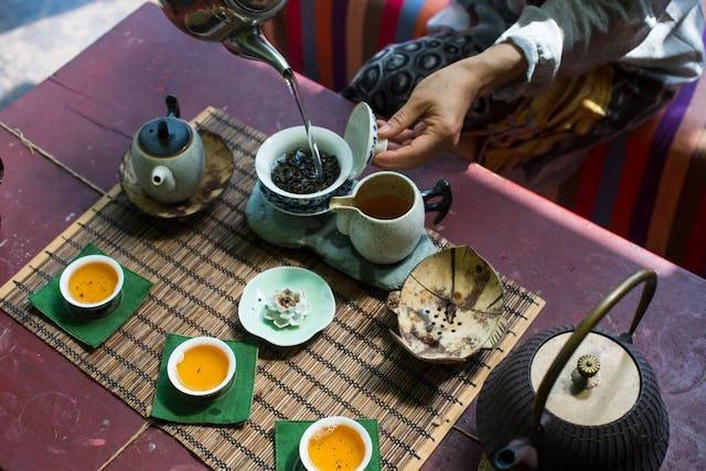 Die ersten Blätter der Teepflanze wurden im frühen 17. Jahrhundert nach Europa importiert.
