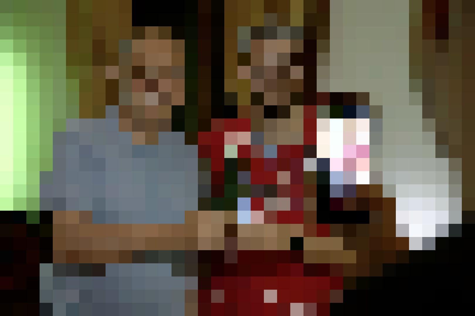 Die glücklichen Gewinner der Challenge durften sich mit Thurnheer ablichten lassen und das Spiel der Schweizer Nati an der exklusiven Location verfolg...