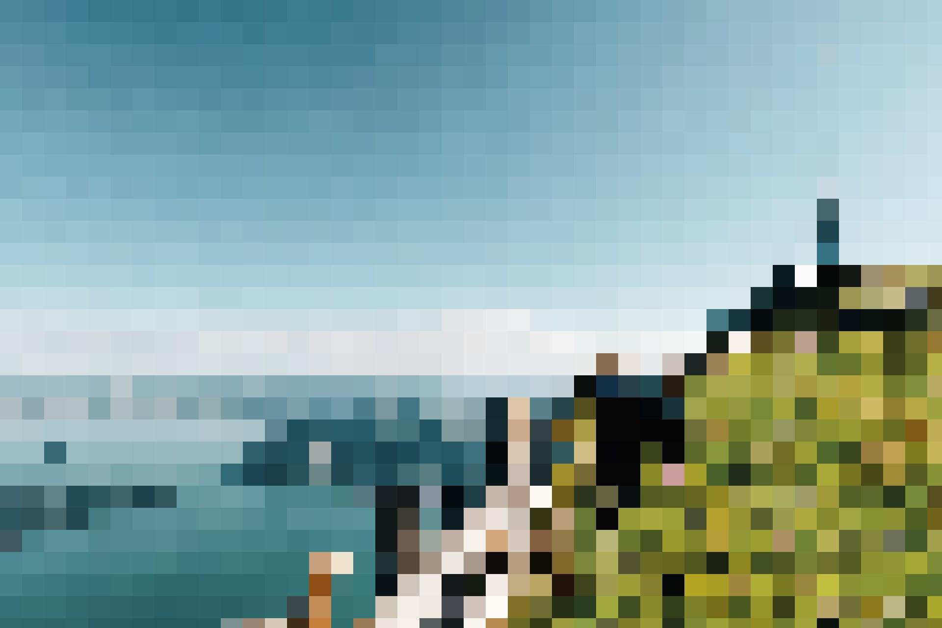 Tell-Trail Etappe 3: Zwei Wanderinnen auf der Rigi mit der Gipfelantenne und dem Zugersee im Hintergrund.